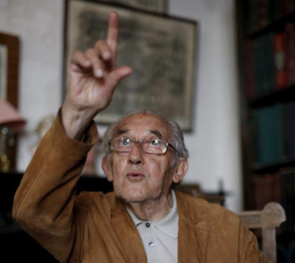 Gustavo Bueno, en la biblioteca que perteneció a su padre y a su...