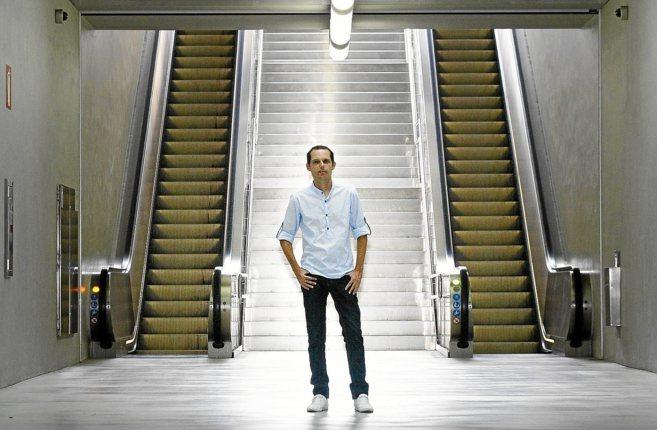 El escritor, Rubén Azorín, en la estación del TRAM en la plaza de...