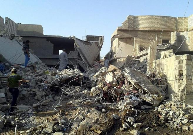 Civiles inspeccionan un edificio destruido por bombardeos de las...