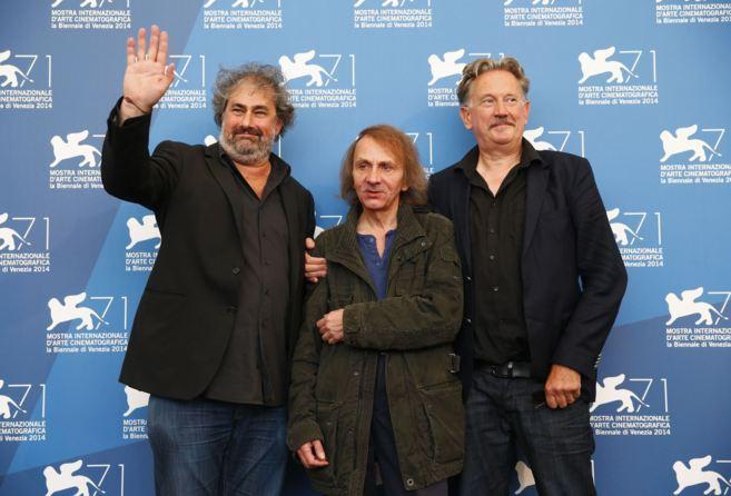 Los directores Gustave Kervern y Benoit Delepine posan con el actor y...