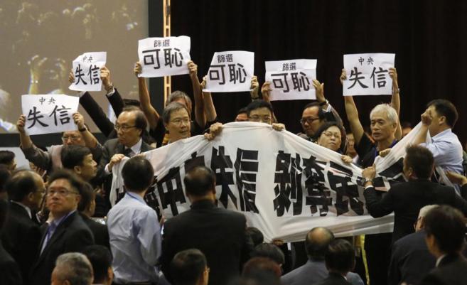 Opositores protestan en Hong Kong, durante una conferencia de prensa...
