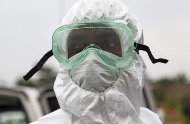 Un enfermero liberiano trabaja en la retirada de una víctima por...