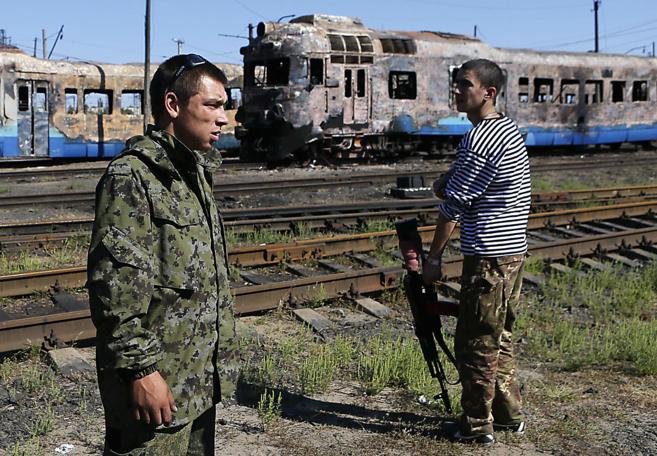 Separatistas prorrusos vigilan una estación en Ilovaysk.
