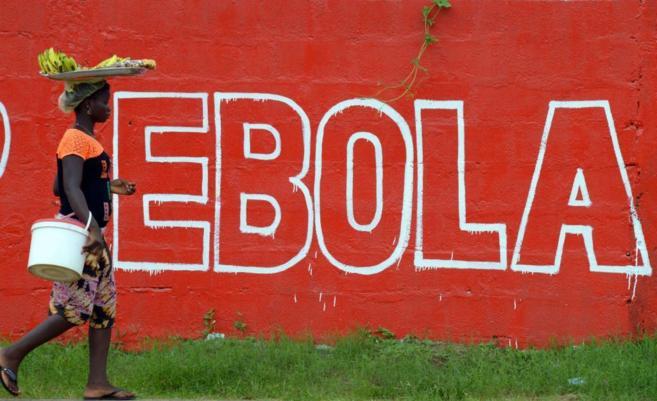 'Ébola' escrito en una pared de Monrovia, capital de...