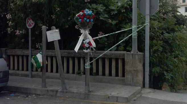 Ramo de flores junto a la farola donde el joven perdía la vida la...