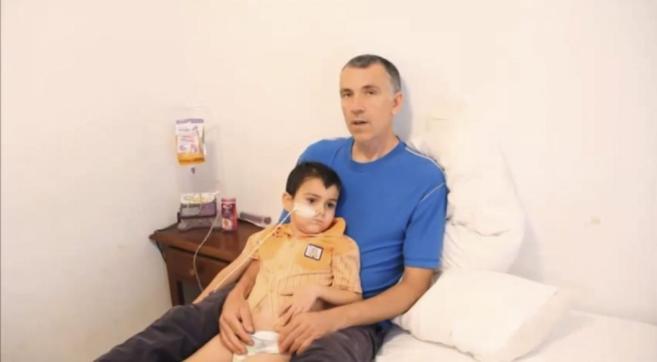 El pequeño Ashya, junto a su padre, en un vídeo que difundió el...