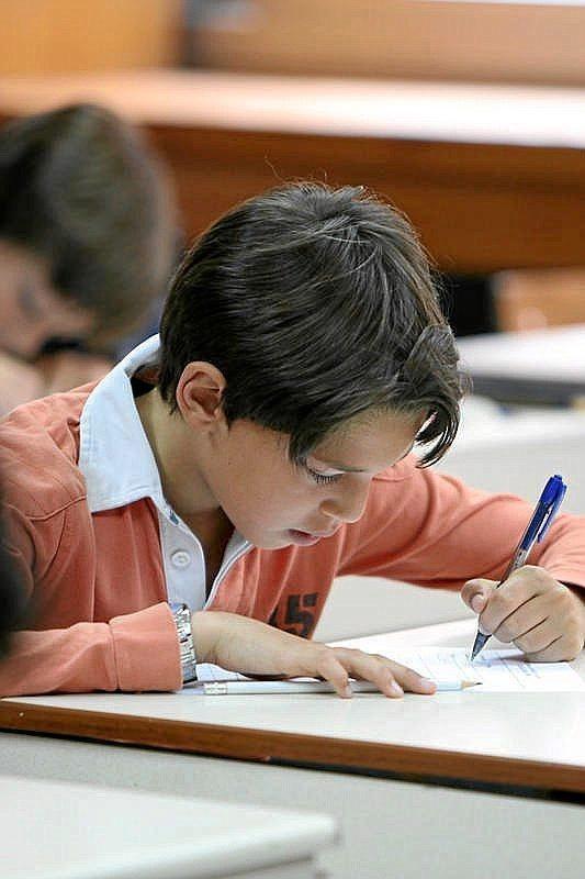 Un niño en una Olimpiada de matemáticas.