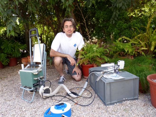 El investigadorJaume Flexas, en las instalaciones de la UIB, junto a...