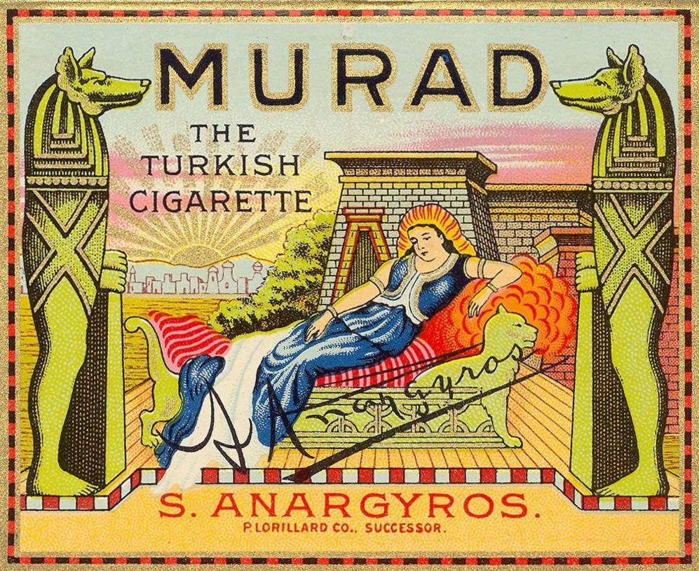 Caja de cigarrillos con iconos egipcios.