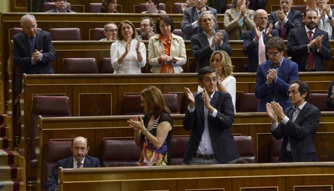 Alfredo Pérez Rubalcaba recibe el aplauso de los diputados...