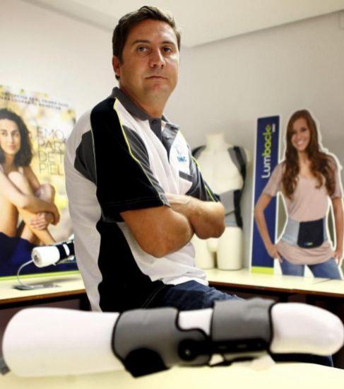 El director técnico de EMO, Leopoldo Fernández, con la ortesis...