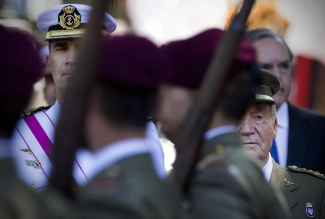 Don Felipe y Don Juan Carlos, en el desfile de las Fuerzas Armadas del...