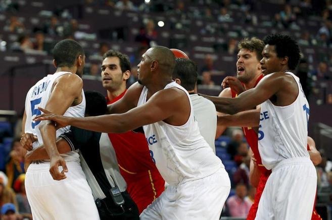 Calderón y Marc Gasol se encaran con Batum, durante los Juegos...
