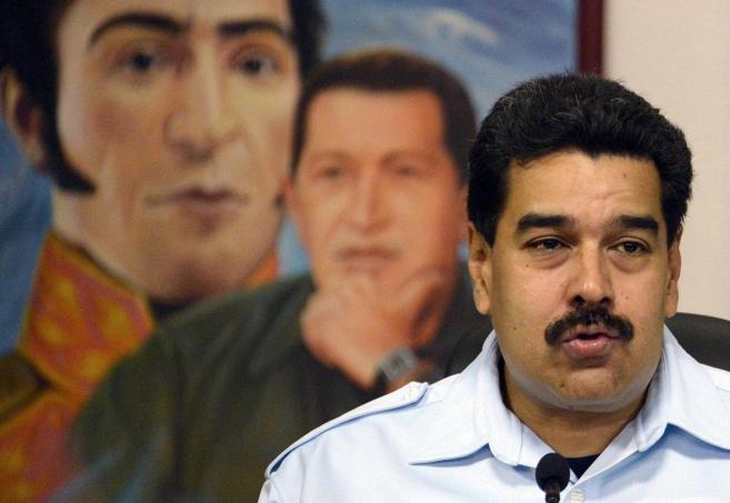 El presidente de Venezuela, Nicolás Maduro, delante de las imágenes...