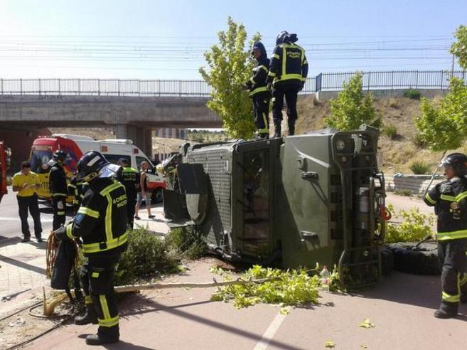 El vehículo blindado ha volcado aparatosamente.