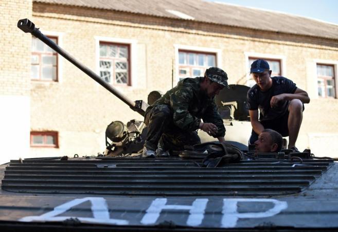 Rebeldes prorrusos intentan reparar un blindado en Komsomolske, al...