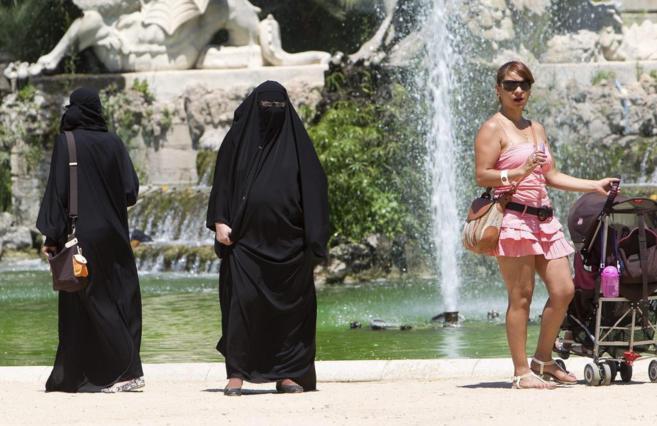 Dos mujeres con burka en un parque de Barcelona.