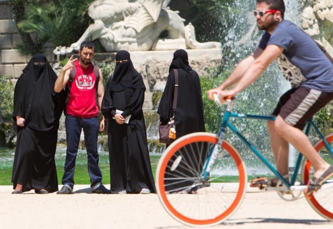 Mujeres con burka en un parque de Barcelona.