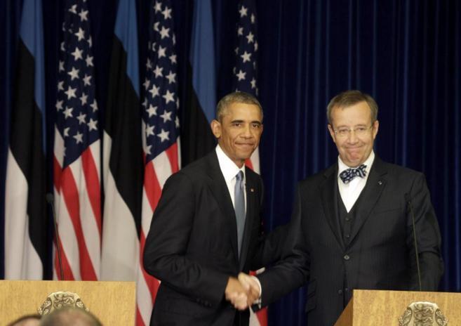 El presidente estadounidense, Barack Obama, estrecha la mano de su...