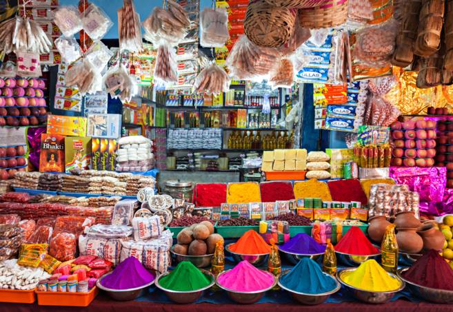 Un pequeño comercio en Delhi, India.
