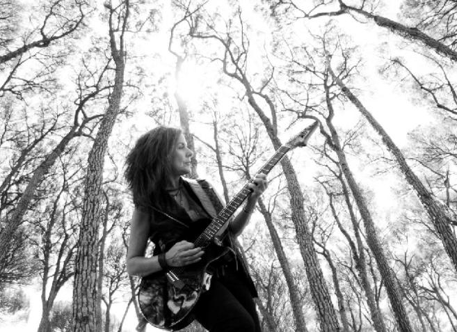 La cantautora Cristina González Narea en una de las fotos...
