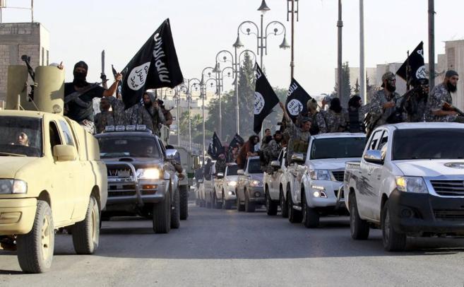 Yihadistas del IS desfilan por las calles de su bastión sirio en...