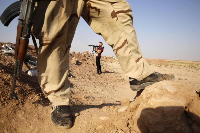 Milicianos chiíes controlan una posición en la localidad iraquí de...