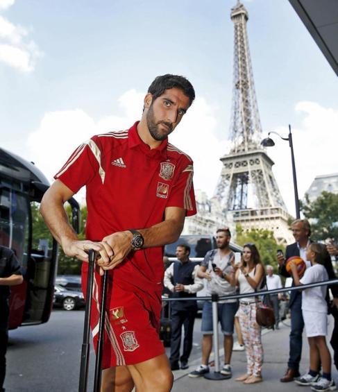 Raúl García, a la llegada de la selección a París.