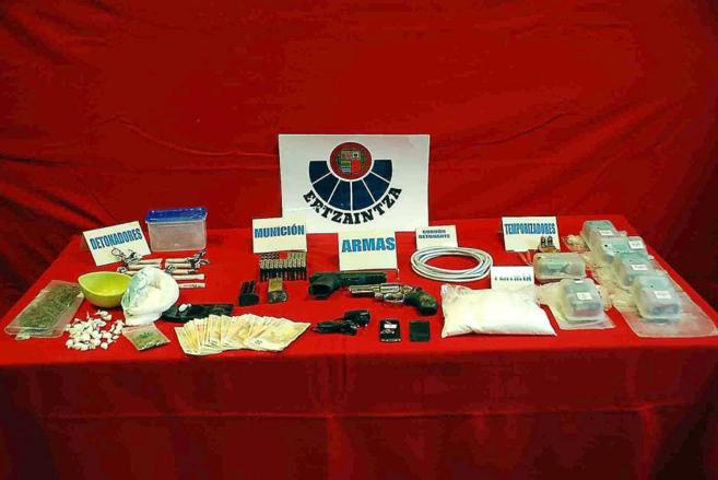 Armas, drogas y dinero incautados a ETA por la Ertzaintza en 2010.