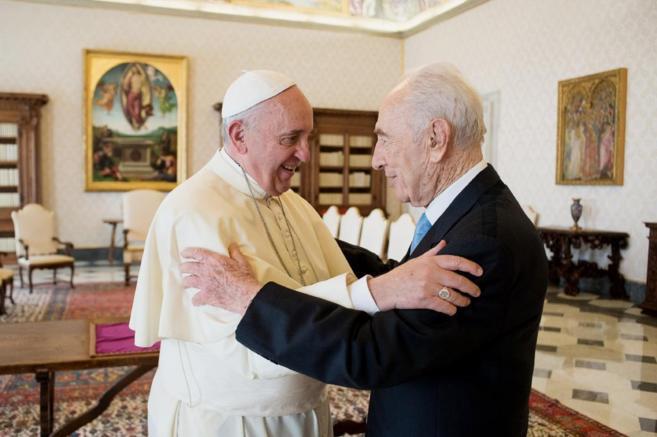 El Papa Francisco y Simon Peres se abrazan en una audiencia privada en...