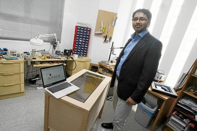 El CEO y fundador de Domoticware, Manoj Phatak, con la nueva vitrina...
