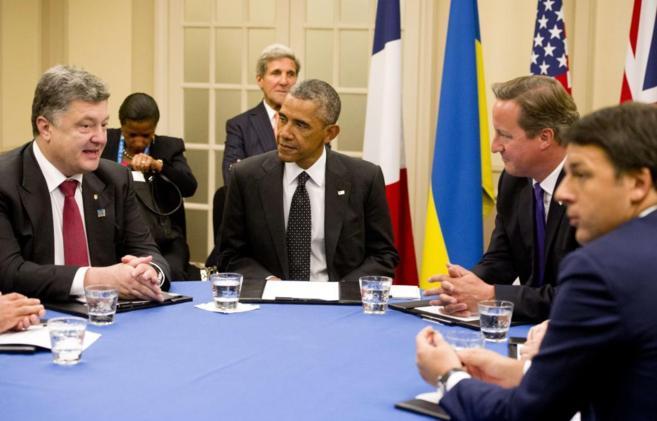 El ucraniano Petro Poroshenko junto a Omaba y Cameron en Newport...