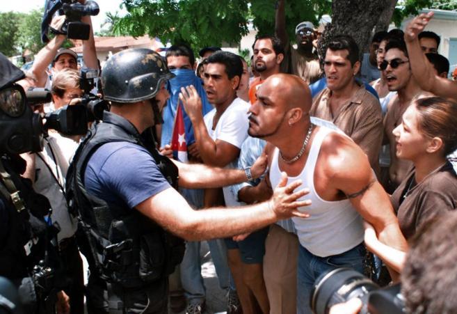 Ciudadanos hispanos se enfrentan a la policia en los disturbios que...