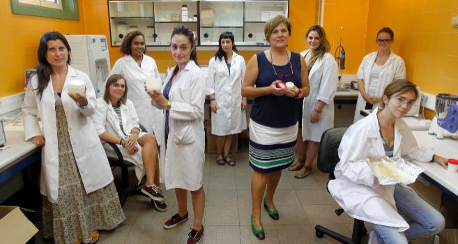 Ángela Heras con el equipo de Infiqus en la sede de la empresa.