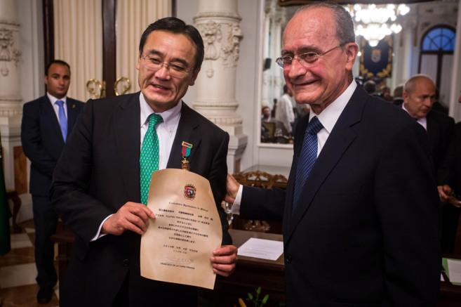 El presidente de Fujitsu, Masami Yamamoto junto al alcalde, Francisco...