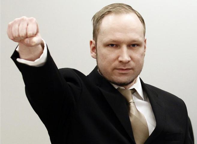 Anders Breivik hace un saludo fascista durante su juicio en Oslo.