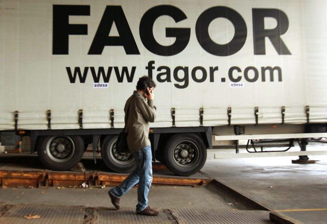 Un trabajador en la planta de Edesa perteneciente a Fagor...