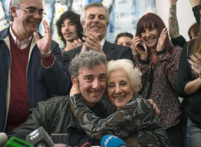 Ignacio Guido y su abuela, Estela de Carlotto, durante su reencuentro.