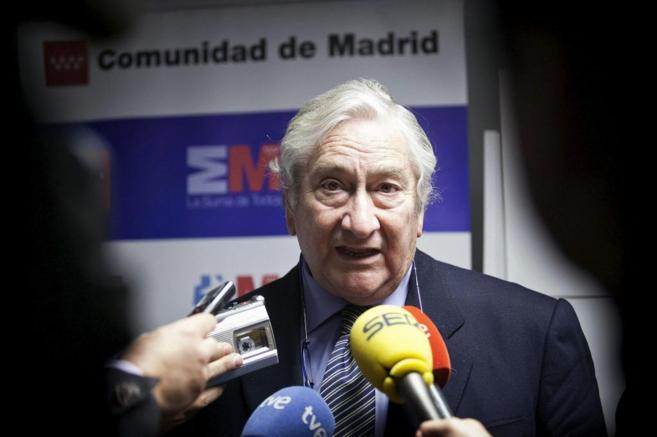 El Consejero de Sanidad, Javier Rodríguez, durante una visita al...
