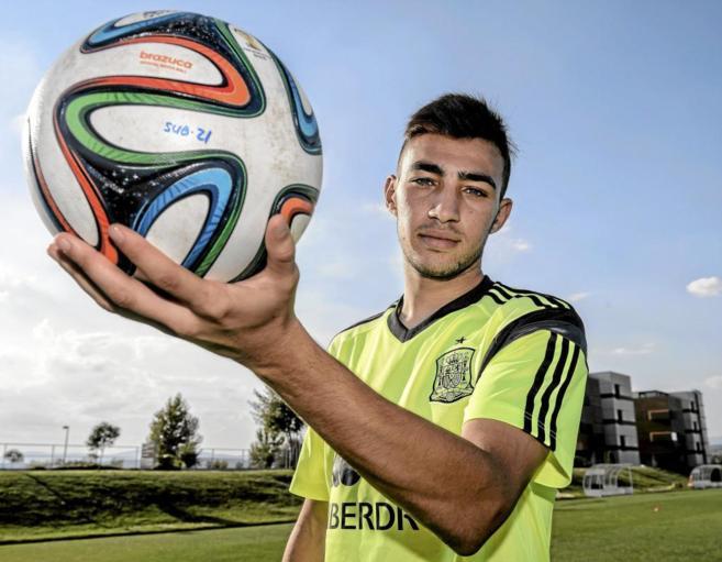 Munir posa con un balón el pasado martes en la concentración de la...