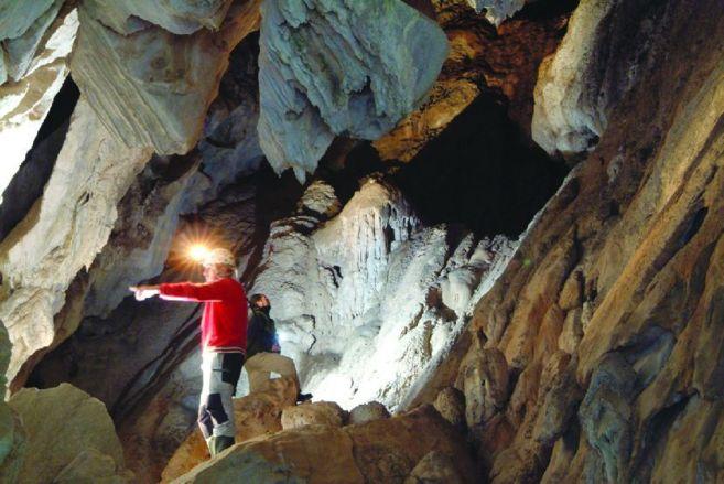 Examinan el interior de la Cueva del Gato.