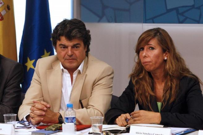 Jorge Moragas y la líder del PP catalán, Alicia Sánchez-Camacho, en...