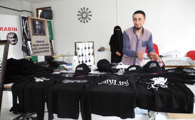 Bilal enseña los productos que vende en su tienda de Estambul con la...