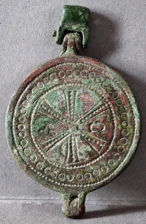 Fotografía cedida del medallón de bronce de entre los siglos VI y...