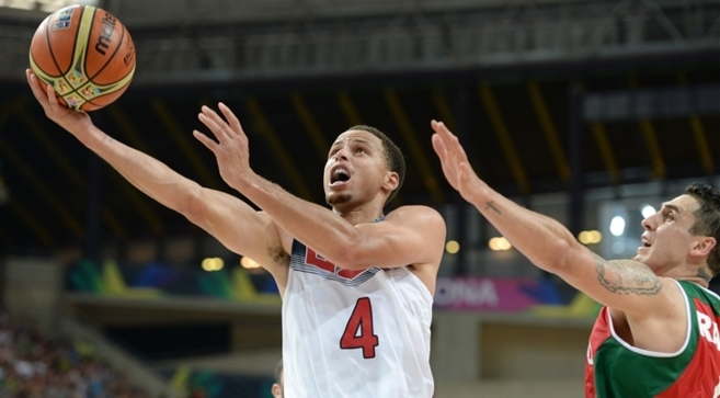 Curry entra a canasta en el partido ante México.