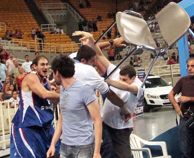 Krstic golpea con una silla a Borousis durante un amistoso entre...