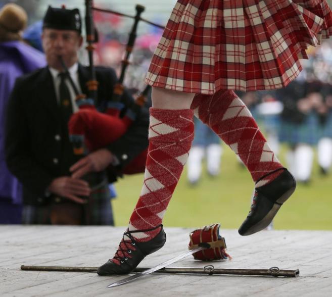 Un cometidor en la  Braemar Highland Gathering en Braemar, Escocia.