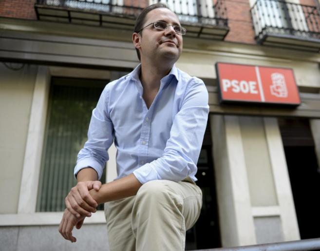 César Luena, frente a la sede del PSOE en Ferraz.