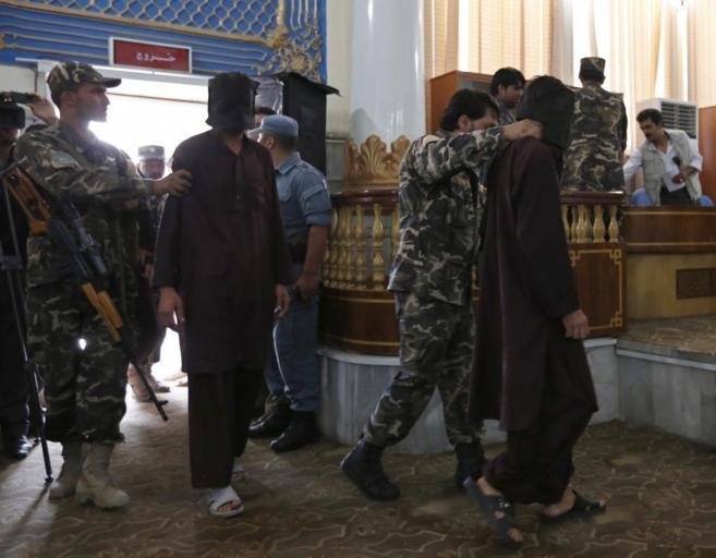 Fuerzas de seguridad escoltan ante el tribunal de Kabul a dos de los...