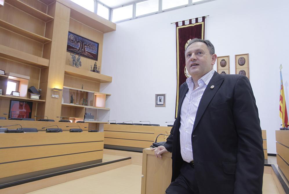 El alcalde de Algemesí, Vicent Ramón García, en la sala de plenos...